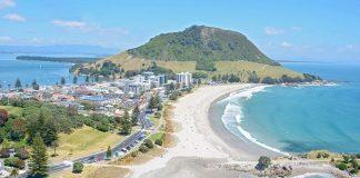 Η δημοφιλής διαδρομή περιοδείας του Pacific Coast Highway περιβάλλεται από την ανατολική ακτή από το Auckland, εξυπηρετώντας μια κλασική φέτα παράκτιου παραδείσου